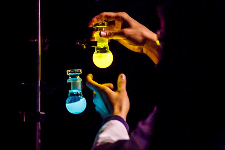 SpecsEx Experimentalvorlesung | Oxalylestern erschafft Chemilumineszenz
